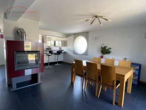 Vous êtes à la recherche d'un agent immobilier à proximité d'Ensisheim, Guebwiller, Mulhouse ? Vous êtes à la recherche d'une maison à vendre à Colmar, Ensisheim, de Wittenheim, de Rixheim ou ailleurs dans le 68 (Haut-Rhin) Devenir propriétaire d'une maison dans le Haut-Rhin ? Et, mieux, d'une maison correspondant parfaitement à vos envies, besoins et budget ? Que vous cherchiez une petite maison cocooning ou une belle surface habitable, une maison jumelée ou individuelle, une maison de plain-pied ou à étages, je saurai trouver le bien immobilier qu'il vous faut ! La région se distingue par la grande diversité de ses offres immobilières : on peut y acheter de jolies maisons traditionnelles avec terrasse, jardin, garage, etc., le tout dans un cadre bucolique… mais également de belles maisons modernes en pleine ville. Et que vous souhaitiez ou nous vous lancer dans des travaux de rénovation, je dénicherai votre future habitation ! Votre budget, évidemment, fera partie des critères incontournables à prendre en considération et, là aussi, je vous apporterai mon expérience, ma connaissance du marché immobilier et mes conseils, pour un investissement effectivement cohérent : les prix connaissent de fortes disparités en fonction des communes… mais il serait par exemple dommage de fonder vos choix sur des idées reçues : non, la périphérie n'est pas nécessairement meilleur marché que le centre de certaines villes ! Notez aussi, dans le Haut-Rhin, l'attractivité des constructions proches des frontières… et dont l'intérêt fait nécessairement grimper les prix. Là aussi, de judicieux compromis sont possibles…