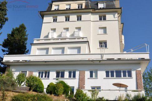 Les terrains en vente Vous cherchez un terrain à vendre dans le Haut-Rhin, à proximité de Guebwiller, de Wittenheim, de Cernay, d'Ensisheim, de Mulhouse ou de Colmar… voire de l'Allemagne ou de la Suisse ? Votre décision est prise ? Vous allez faire construire dans le Haut-Rhin ? Je ne peux que vous en féliciter, tant faire bâtir votre maison présente d'avantages ! Vous disposerez en effet d'un logement à votre goût, adapté à vos besoins et bénéficiant de nombreuses garanties et d'aides fiscales ! Première étape pour vous : trouver un terrain à vendre et qui corresponde à vos aspirations. Vous avez certainement quelques impératifs (budget, zone géographique, etc.)… et quelques envies aussi, par exemple en ce qui concerne sa superficie : envisagez-vous un immense jardin pour que vous enfants puissent se défouler à loisir ou, au contraire, un petit terrain à l'entretien facile ? Quoi qu'il en soit, pour bien choisir votre terrain et être aiguillé(e) dans vos démarches, rien ne vaut l'accompagnement d'un agent expert en immobilier ! Je mets donc à votre disposition tout mon savoir-faire afin de trouver, dans le Haut-Rhin, le terrain de vos rêves adapté à votre budget. Les rouages de la procédure d'acquisition ? Je la connais parfaitement, ce qui vous permettra d'être épaulé(e) efficacement non seulement pour dénicher votre terrain, mais aussi pour vous assurer que la transaction se déroulera rapidement et au mieux de vos intérêts !